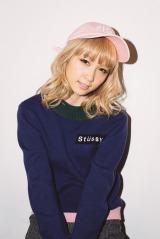 ストリートスタイルを着こなしたDream Ami(『mini』12月号/宝島社)