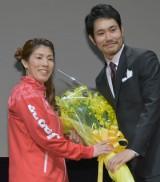 吉田沙保里選手から松山ケンイチへ花束の贈呈 (C)ORICON NewS inc.