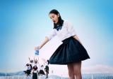 制服姿も披露する八木莉可子さん