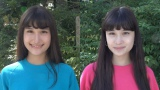 テレビ朝日『全力坂』走り続けて11月9日で放送2000回。双子の全力走者、姉・寺西エミリ(右)と妹・寺西リナ(左)が東京・新宿の千日坂を走る(C)テレビ朝日