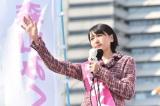場面カットから女性議員候補に扮した新垣結衣 (C)TBS