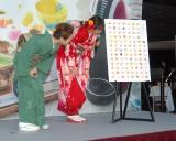 『ネスカフェ ドルチェ グスト 宇治抹茶屋』オープニング記念セレモニーに出席した(左から)西川史子、佐野ひなこ