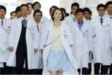 テレビ朝日系ドラマ『ドクターX』第5話(11月10日)より。大名行列の先頭を歩くのは…未知子!?(C)テレビ朝日