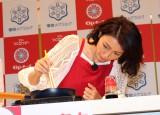『チーズフェスタ2016』で「焼ッキーナ」を調理する、披露した木下優樹菜 (C)oricon ME inc.