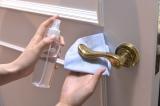 ドアノブなどについた手垢汚れは、セスキ炭酸ソーダ水を含ませた、メガネふきで拭く(C)テレビ朝日