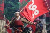 11月13日放送、NHK大河ドラマ『真田丸』第45回「完封」より。幸村の息子・大助(浦上晟周)が徳川軍を挑発するために、能の高砂屋を舞い、第1次上田合戦時の信繁を彷彿させた(C)NHK