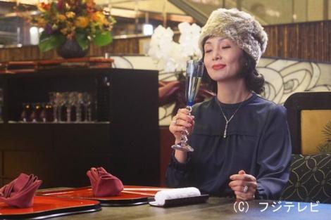 フジテレビ系ドラマ『カインとアベル』第6話より。桃子(南果歩)のファッションも相変わらずすごい