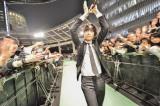 ファンとハイタッチなどをしながらグリーンカーペットを歩いてステージに上がった(写真:Azusa Takada 高田梓)