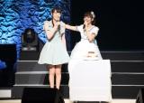 同期でOGの松井咲子がパースデーケーキを持ってゲスト出演(30日=東京・浅草公会堂)