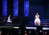 初のソロコンサートで同期でOGの松井咲子(左)の伴奏で歌う岩佐美咲(30日=東京・浅草公会堂)