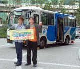バスの前でガッツポーズ (C)ORICON NewS inc.