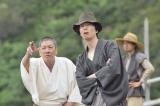 僧の了然(奥田瑛二)の案内で島の実力者・本鬼頭家にやってきた金田一(C)NHK