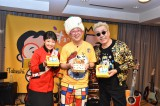 森たけしアナウンサー(中央)と歌手の嘉門達夫が「崎陽軒シウマイ弁当」の応援ソングを生披露する「ランチショー」を開催。左は諸國沙代子アナウンサー(C)ytv