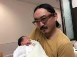 第2子となる男児「弥(わたる)」くんを抱きかかえるタイガー福田