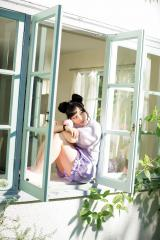 リラックスした表情と美脚を見せる橋本環奈 (C)藤本和典/ヤングマガジン