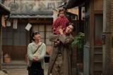 NHK連続テレビ小説『べっぴんさん』第7週より。栄輔にすっかりなついてしまった娘のさくら(C)NHK