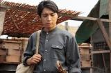 NHK連続テレビ小説『べっぴんさん』第8週より。思い出の傘をじっと見つめ、栄輔はある決断をする(C)NHK