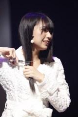 ステージ上で公開断髪した荒井優希(C)AKS