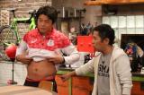 羽根田選手の腹筋に驚きを隠せない岡村(C)関西テレビ