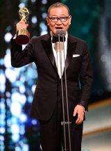 青龍映画賞授賞式のステージに立った國村隼。男優助演賞と人気スター賞をW受賞した