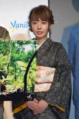 伝統的な着物・大島紬で登場した山田菜々