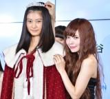 『エイジアグループ Presents セルフィーオーディション2016』グランプリの岡本莉音さんと祝福する益若つばさ (C)ORICON NewS inc.