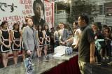 映画『22年目の告白−私が殺人犯です−』撮影の様子。(左から)藤原竜也、入江悠監督 (C)2017 映画「22年目の告白−私が殺人犯です−」製作委員会