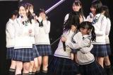 12月21日からチームTIIと研究生が「手をつなぎながら」公演をスタートさせることがサプライズ発表された(C)AKS
