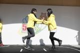 ホール向かいの天神コア屋上特設会場で行われたステージイベント(片足跳び相撲)(C)AKS