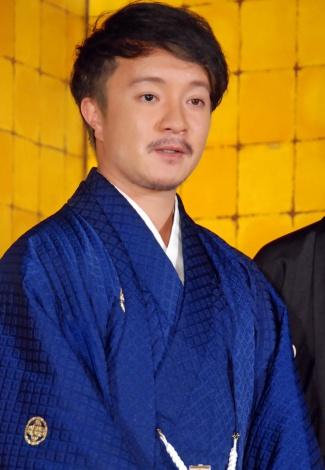 濱田岳の袴画像
