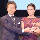 「Best Wellness Partners賞」を受賞した楠本修二郎氏&長谷川理恵夫妻 (C)ORICON NewS inc.