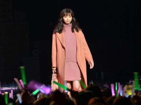サムネイル ファッションショーで堂々としたウォーキングを披露した新川優愛 (C)oricon ME inc.