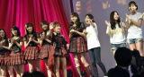 見知ったファンを見つけてはしゃぐ1期生たち=『AKB48劇場オープン10年祭』でOGが大集結!  (C)AKS