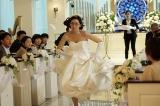 校閲部きっての真面目キャラ・藤岩りおん(江口のりこ)が花嫁姿で教会を抜け出す?(C)日本テレビ