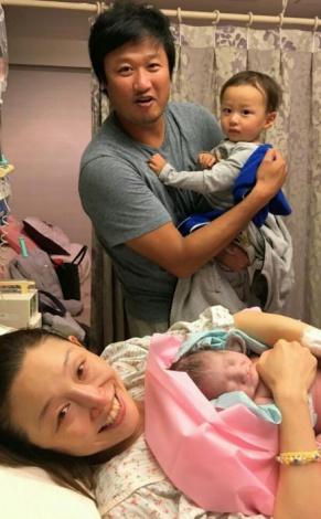 サムネイル 第2子男児が誕生したクワバタオハラ・小原正子&マック鈴木夫妻(写真はブログより)