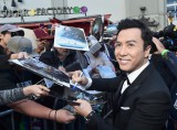 TCLチャイニーズ・シアターで行われたセレモニーでファンサービスするドニー・イェン