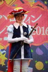 『池袋ハロウィンコスプレフェス2016』にリボンの騎士コスプレで登場した、東京都知事の小池百合子氏 (C)oricon ME inc.