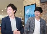 巨大コントローラーを使いゲーム対戦したさらば青春の光(左から)森田哲矢、東口宜隆 (C)oricon ME inc.
