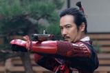 不思議な形の銃を手にする幸村(C)NHK