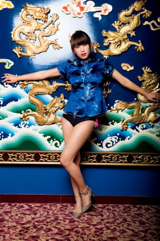 強烈インパクトのチャイナ服姿を披露した久松郁実 (C)小学館・週刊ビッグコミックスピリッツ