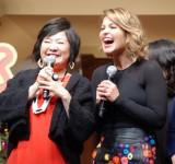 念願の対面を果たした(左から)坂本千夏、キャンディス・キャメロン・ブレ (C)ORICON NewS inc.