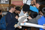 映画『ローグ・ワン/スター・ウォーズ・ストーリー』(12月16日公開)のプロモーションのため来日したギャレス・エドワーズ監督、ディエゴ・ルナ。ファンサービス中