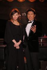 """スペシャルライブ『SPECIAL SHOW """"SINGS""""』に出演した(左から)西内まりや、高橋克典"""