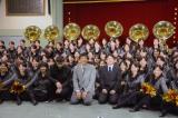 150人のブラバン少女たちと記念撮影=『熱血!ブラバン少女。』記者会見