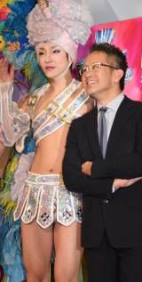 ミュージカル『プリシラ』初日公演前の囲み取材に出席した(左から)ユナク、宮本亜門 (C)ORICON NewS inc.
