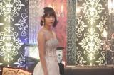 白の肩出しドレスでキャバ嬢姿の宮脇咲良(C)「キャバすか学園」製作委員会