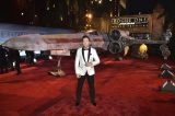 Xウィングの前に立っているのはドニー・イェン(C)2016 Lucasfilm Ltd. All Rights Reserved.