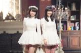 NHK BSプレミアム『あなたに贈る!クリスマスソング・セレクション』に出演するももいろクローバーZ(左から)佐々木彩夏、高城れに (C)NHK