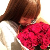 長友佑都選手から届いた32本の赤いバラにうっとりする平愛梨