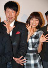 映画『FLY!〜平凡なキセキ〜』初日舞台あいさつに出席した小籔千豊(写真左)と相武紗季(C)ORICON DD inc.